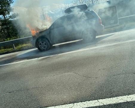Кола гори на магистрала Тракия, движението е блокирано