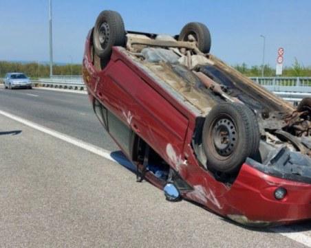Кола се преобърна по таван край Хасково