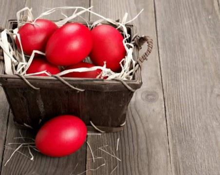 Великденски яйца, обагрени с вино и боя