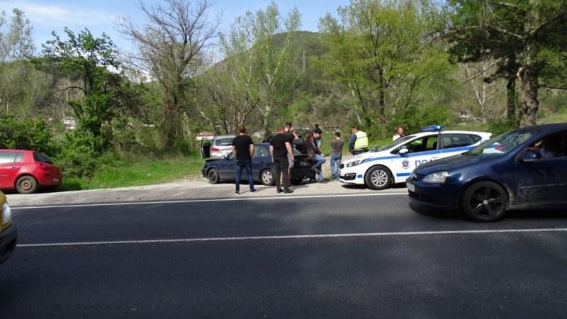 Верижна катастрофа с 5 автомобила край Благоевград, трафикът е затруднен