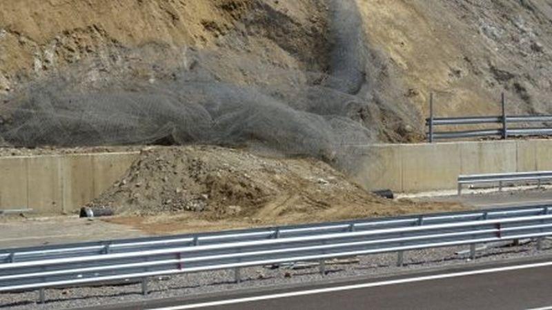 Срути се скат от новостроящия се участък на магистрала