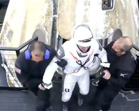 Четирима астронавти се върнаха на Земята на борда на