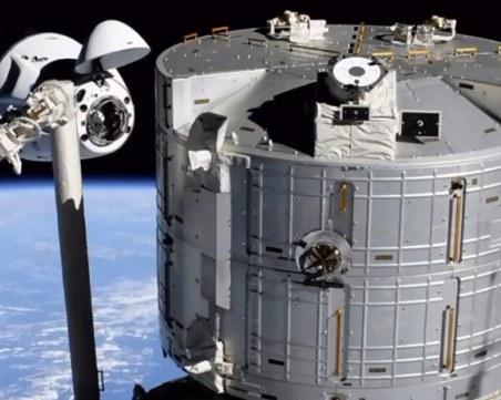 Капсулата на SpaceX потегли от МКС към Земята