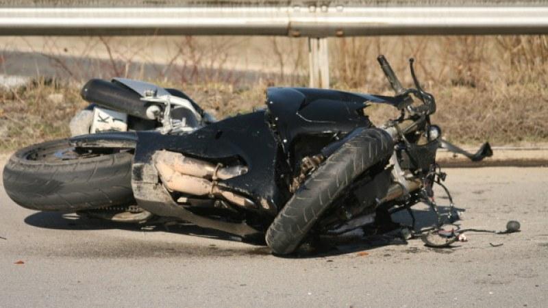 Мотоциклетист е тежко ранен след удар с лек автомобил