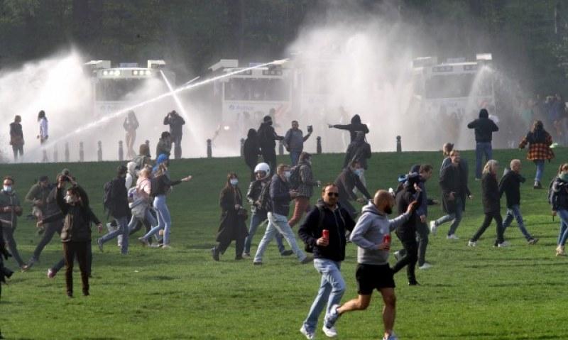 Сблъсъци в Брюксел! Протестиращи си спретнаха незаконно парти, десетки са в ареста