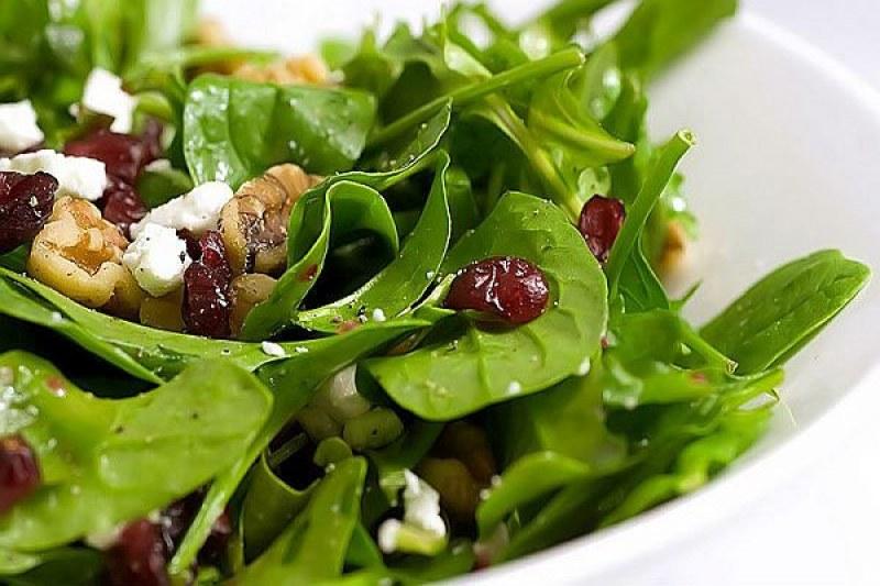 Свежа Великденска идея: Спаначена салата с червени боровинки и орехи