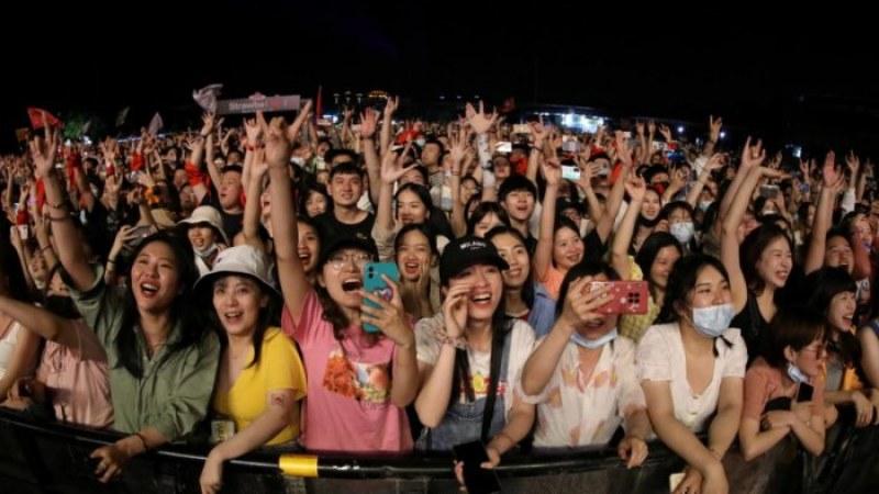 Хиляди на музикален фестивал в Ухан