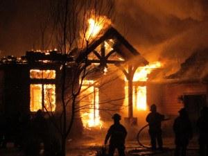 Пожар изпепели три къщи в столичен квартал