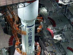 20-тонна част от китайска ракета лети