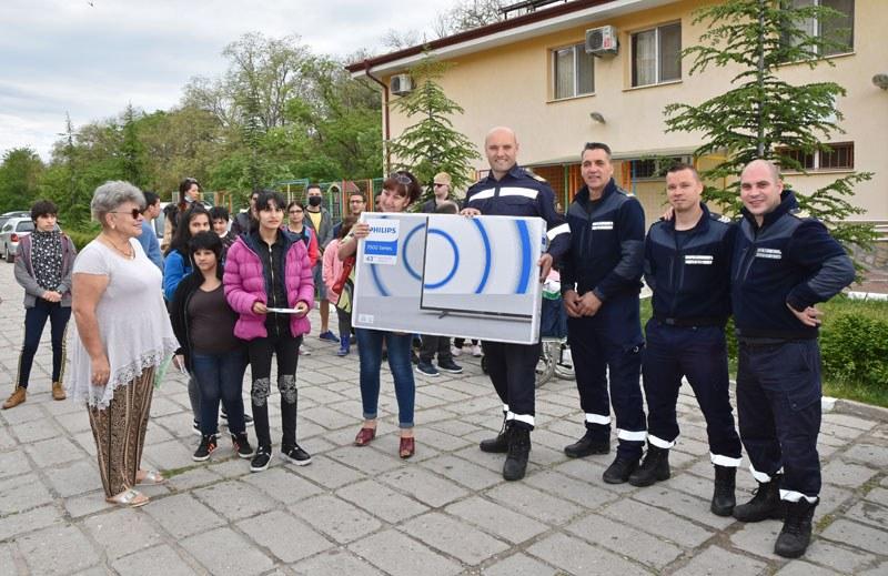 Огнеборци от Пловдив с дарение към деца в неравностойно положение