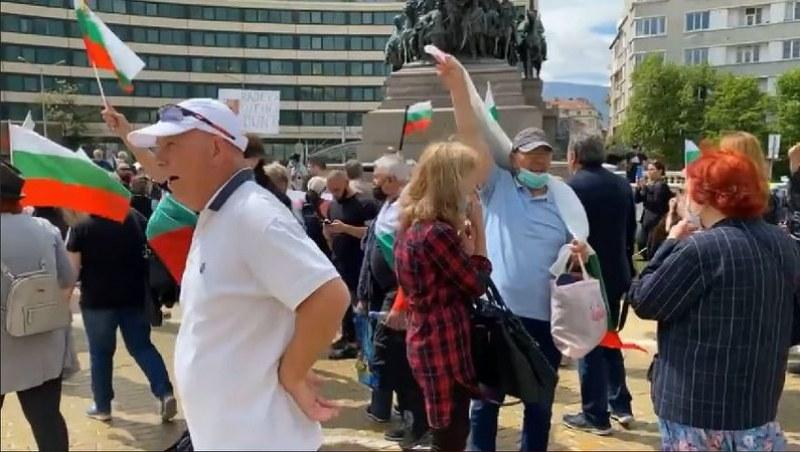 Пак протест пред президентството, демонстранти освиркват президента