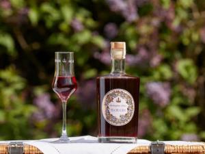 Бъкингамският дворец пуска джин с български трънки