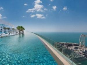 В Дубай откриха най-високия плувен басейн в света