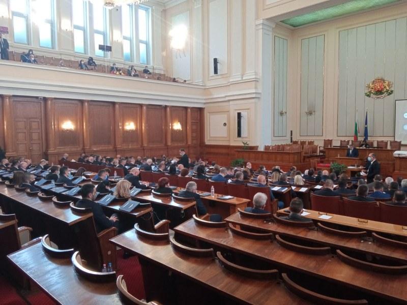Заплатите на депутатите остават същите, няма да бъдат намалявани