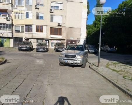 Водач на Мерцедес озадачи цял квартал в Пловдив с паркирането си