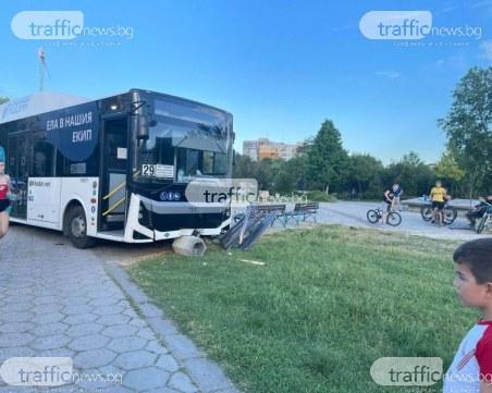 """Автобус се качи на тротоар и се заби в пейка в """"Тракия"""" на метри от играещи деца"""