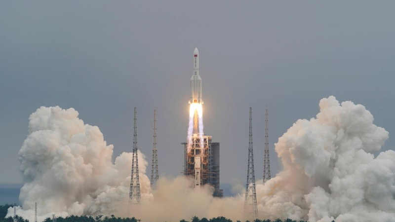 Китайска ракета е извън контрол: Ще кацне на Земята на неизвестно за учените място