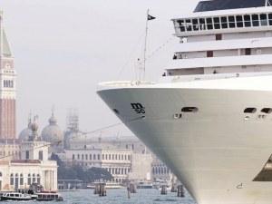 Круизните кораби продължават да акостират на пристанището във Венеция въпреки забраните