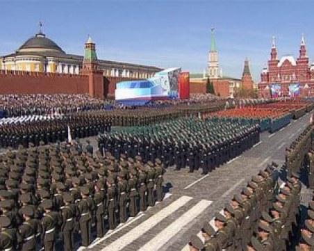 НА ЖИВО: 12 000 военнослужещи, самолети и танкове се събраха на Червения площад