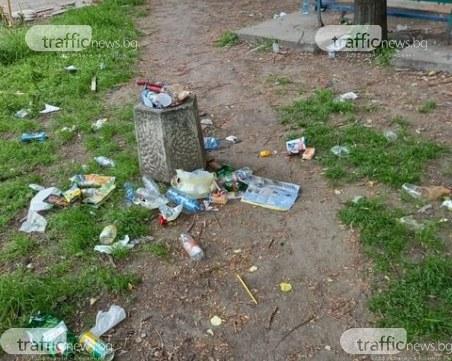 Вандалщина в Смирненски: Пловдивчани упорито превръщат междублоково пространство в сметище