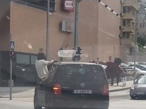Глоба за шофьора, от чийто автомобил се провесиха неадекватни младежи в Пловдив