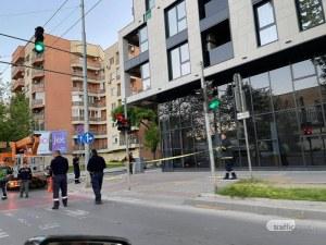 """Част от фасада надвисна опасно на бул. """"Източен"""", пожарникари обезопасиха района"""