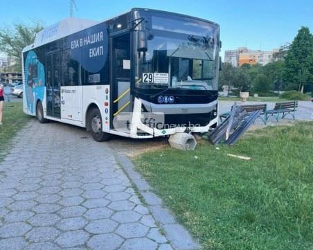 Почина шофьорът на автобуса, забил се в пейка до детски кът в Тракия