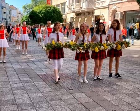 Ученици почетоха патронния си празник с шествие в Пловдив