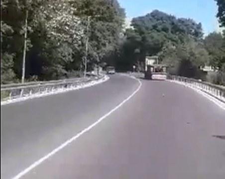 Камион ръси боклуци на Пазарджишко, дървен материал хвърчи към колите