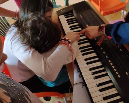 Деца без родителска грижа стават солисти на симфоничен оркестър в Пловдив