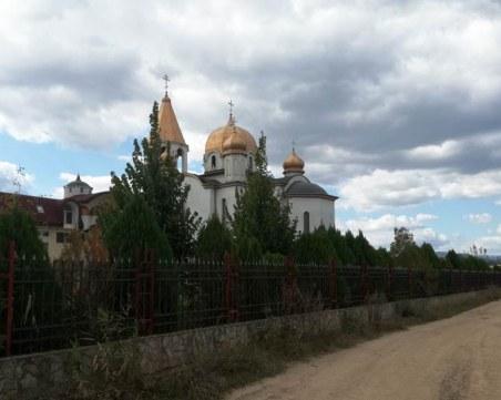 Монаси живеят във фургони, след като светата им обител бе затворена от Община Кюстендил