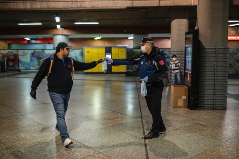 Властите в Каталуния обмислят отмяна на носенето на маски на открито