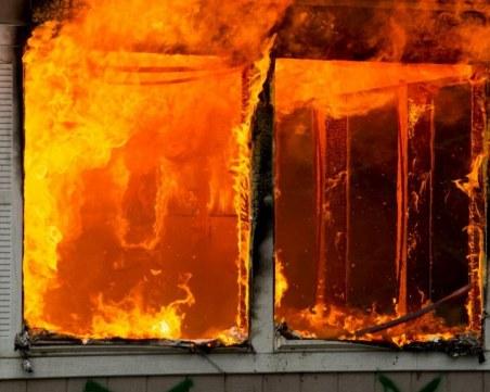 Гори голяма новострояща се сграда във Варна, вятърът пречи на огнеборците
