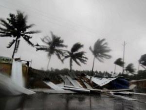 Повече от 90 души са в неизвестност заради тежък циклон в Индия