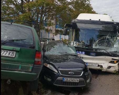 Автобус на градския транспорт помете седем коли в София