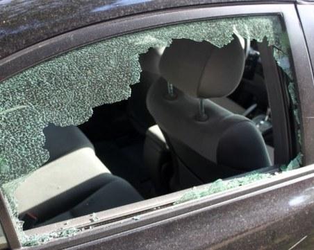 Двама хулигани спаха в ареста заради счупени прозорци на автомобил