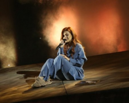 Виктория излиза на сцената на