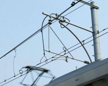 Самосвал с вдигната каросерия прекъсна контактна мрежа, блокиран е влак
