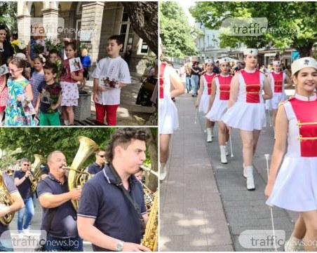 Тръгна шествието за 24 май в Пловдив! Стотици напълниха Главната