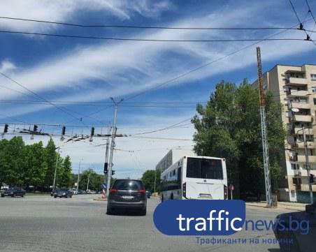 Опасни тролейбусни жици виснаха на кръстовище в Пловдив, стряскат пловдивчани