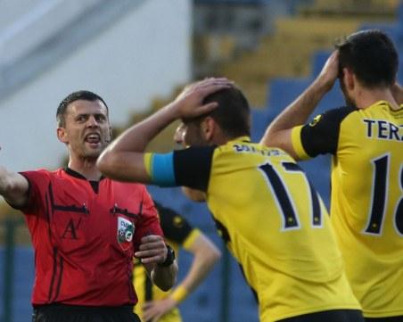 Биха футболен съдия, порязъл Ботев в полуфинал за Купата