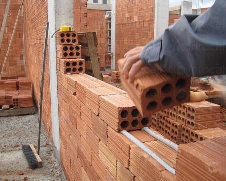 Мъж задигна 200 тухли от обект в Сопот