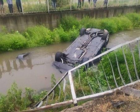 Зрелищен инцидент: Кола се преобърна в река край Пловдив, водачът – мъртвопиян