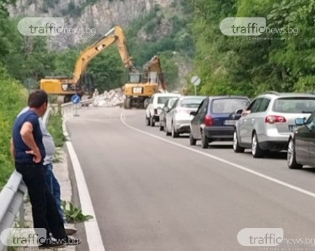 Километрична опашка на пътя Кричим-Девин заради свлачището