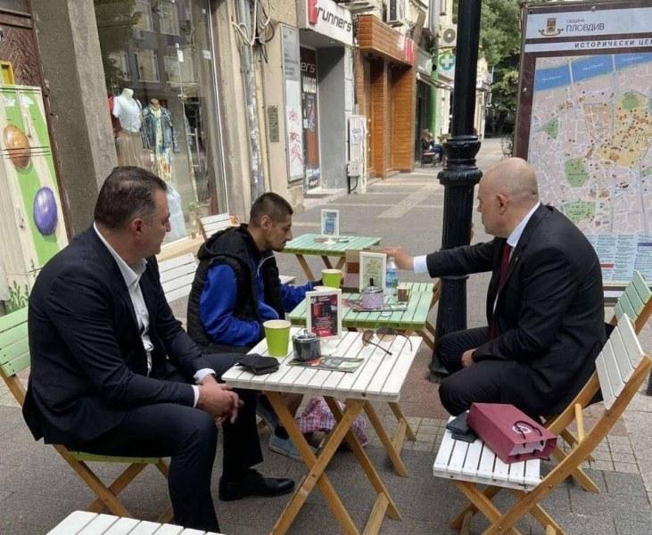 Иван Гешев и Румен Попов пият кафе с Митко с чорапите