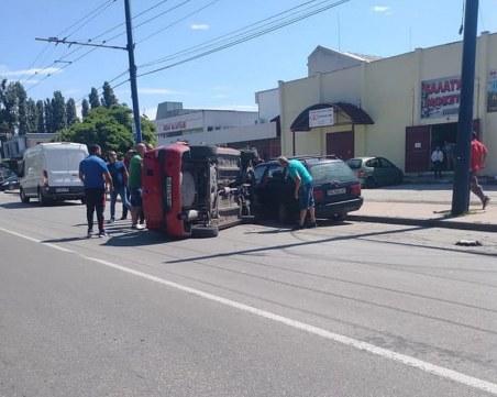 Кола се обърна в Пазарджик! Минувачи извадиха жена и дете