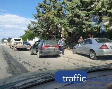Катастрофа с две коли затрудни движението на Рогошко шосе