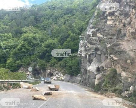 Поредно свлачище на пътя Асеновград-Смолян! Движението е затруднено
