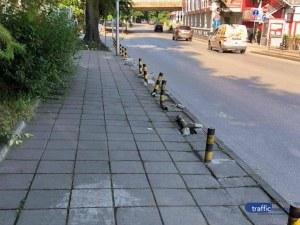 Изкъртиха антипаркинг колчетата до пошеходния мост в Пловдив