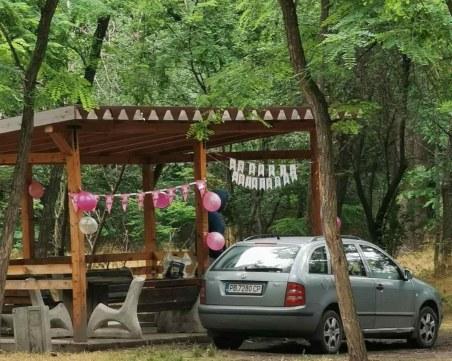 Мъж нагази с колата си в парк Лаута, минувачи го нахокаха